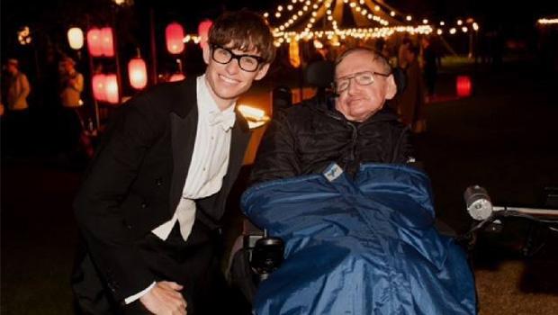 LEGENDA Eddie Redmayne com Stephen Hawking: o cientista diz que ator captou sua essência, como o fato de ter humor
