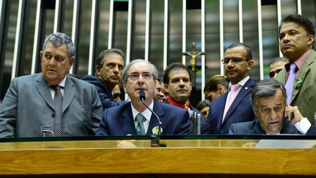 Câmara Federal elege Eduardo Cunha e candidato do governo é derrotado em primeiro turno