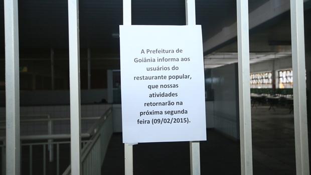 Aviso afixado na porta do local | Foto: Fernando Leite / Jornal Opção
