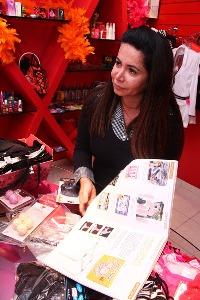 """Empresária Ana Márcia Carvalho, da loja """"Santa do Pau Oco"""", apresentando catálogo com mais de 5 mil itens, incluindo produtos sadomasoquistas / Foto: Fernando Leite/ Jornal Opção"""