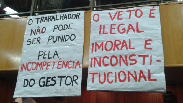 Cartazes ocuparam o plenário durante votação que decidiu pela manutenção do veto do prefeito Paulo Garcia ao projeto da data-base | Foto: Laura Machado
