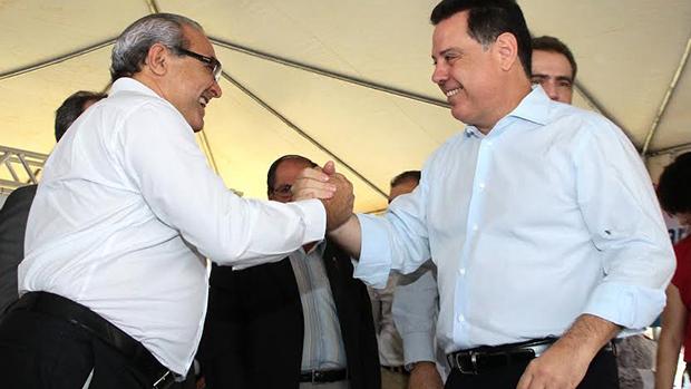 Marconi Perillo cumprimenta Jânio Darrot: parceria que beneficia a população trindadense | Foto: Iris Roberto