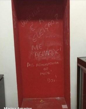 Local onde a cadeira ficava exposta na PUC Goiás; na foto, as pichações que aparecem dizem respeito a eleições | Foto: reprodução / Atlética de Direito da UFG