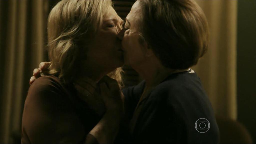 Babilônia estreia com beijo lésbico entre Fernanda Montenegro e Nathália Timberg