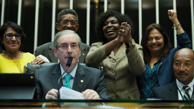 A deputada Benedita da Silva (PT-PB) ao lado do presidente da Câmara dos Deputados, Eduardo Cunha (PMDB-RJ), comemora aprovação do texto-base de regulamentação dos direitos dos domésticos na semana passada | Foto: Fabio Rodrigues Pozzebom/ Agência Brasil