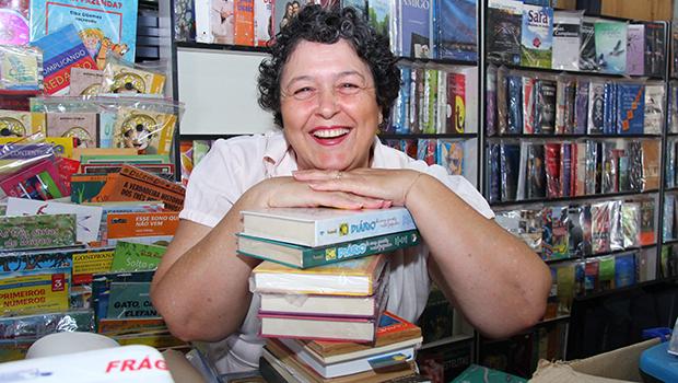 Há 16 anos no comando da R&F Editora, Izaura Maria ressalta a necessidade de valorizar as editoras, os escritores e os leitores goianos | Foto: Fernando Leite/Jornal Opção