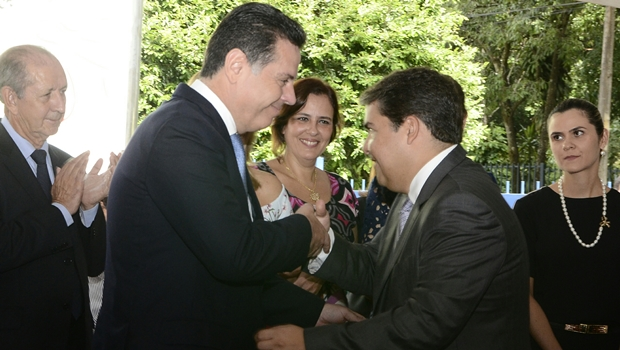 Governador Marconi Perillo e Francisco Taveira, presidente do Ipasgo, se cumprimentam | Foto: Wagnas Cabral