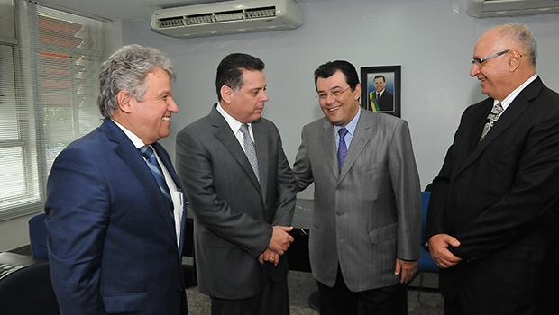 Marconi tratando sobre a Celg com o ministro das Minas e Energia   Foto: Lailson Damásio