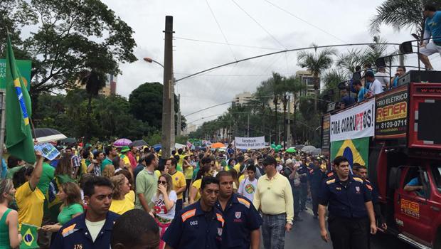 Sob chuva, cerca de 60 mil manifestantes vão às ruas em Goiânia contra o governo do PT