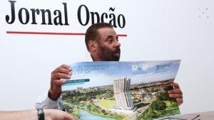 """Paulo Magalhães mostra imagem de folder de condomínio próximo ao Cascavel. """"Estragou o Cascavel"""", disse / Foto: Fernando Leite/ Jornal Opção"""