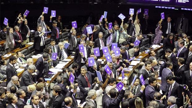 Em meio a protestos de vários deputados, plenário da Câmara aprova projeto de lei da terceirização: texto polêmico pode ser barrado no Senado por manobras do presidente Renan Calheiros | Andre Coelho/Agencia O Globo