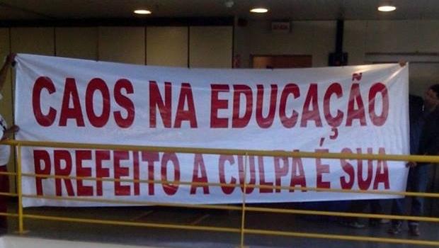 Em greve, trabalhadores da Educação ocupam auditório da Prefeitura