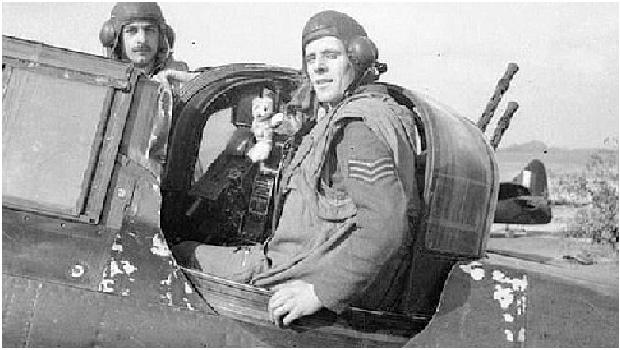 Stephen Beaumont, tenente da força aérea da Inglaterra com seu ursinho de pelúcia da sorte: o piloto combateu os ferozes nazistas de Hitler e sobreviveu