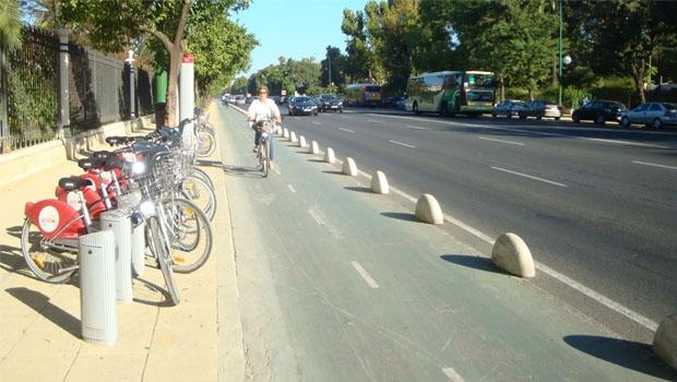 """Mulher transita em ciclovia de Sevilha:cidade espanhola já está do """"outro lado"""" da discussão sobre mobilidade"""