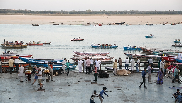 Movimento matinal às margens do Ganges, rio que lava todos os pecados | Delcio Gonçalves