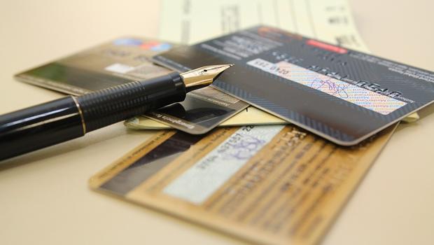 Evitar cartões de crédito e cheque especial é dica unânime | Foto: Marcos Santos/USP Imagens