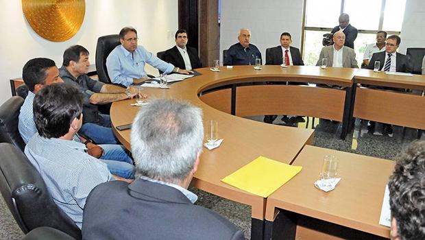 Governador Marcelo Miranda durante reunião com  prefeitos em seu gabinete no Palácio Araguaia