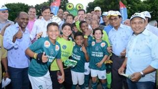 Maguito e Marconi em meio aos atletas que participam da Go Cup | Foto: Carlos Alexandre/Secom Aparecida