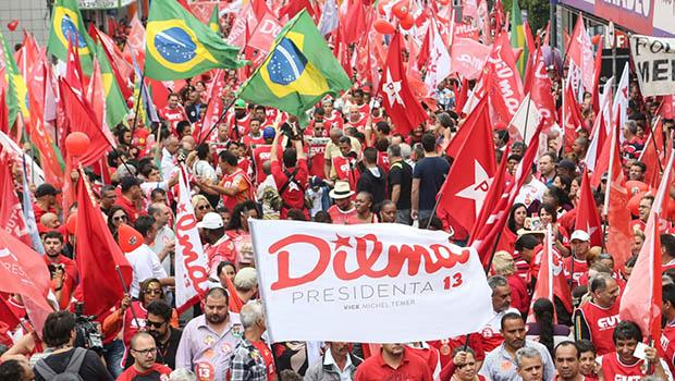 Militantes petistas em ato pró-governo Dilma Rousseff: na defesa de uma gestão reprovada por 64% dos brasileiros | Foto: Fernando Leite/Jornal Opção