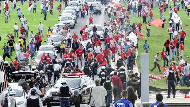 Protesto de centrais sindicais termina em confronto com a PM, em Brasília