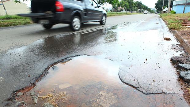 Buraco na lateral da via: tão perigoso ao ciclista como um motorista desatento | Foto: Fernando Leite/Jornal Opção