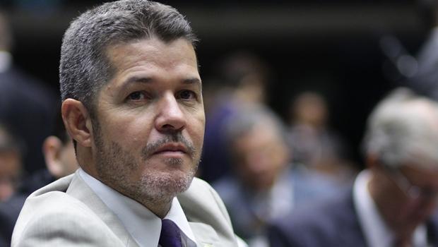 """PMDB quer puxar o tapete de Dilma"", diz Delegado Waldir"