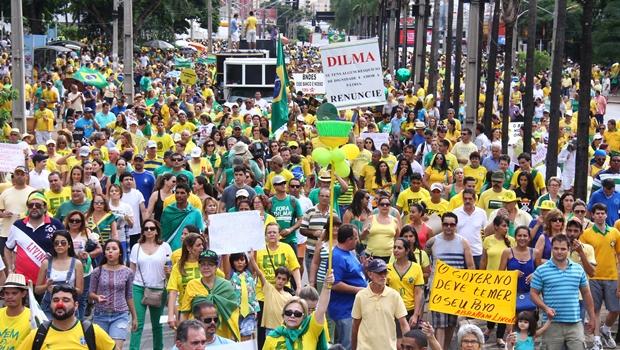 Manifestação contra o governo reúne 2 mil pessoas em Goiânia