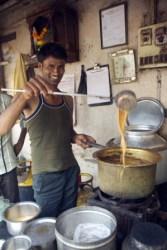 Homem prepara chai masala, em Mumbai
