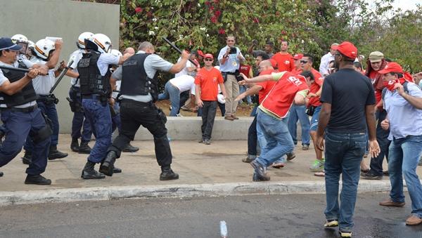 Manifestantes da CUT durante protesto contra o PL 4330 | Foto: Valter Campanato / ABr