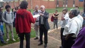 Estudantes entregam reivindicações ao reitor / Foto: Facebook