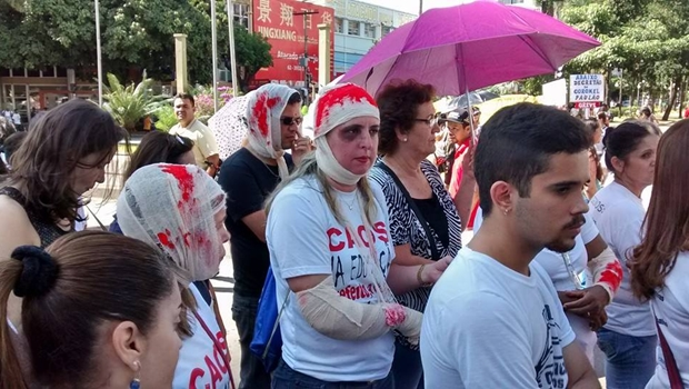 Servidores da Educação e da Saúde ocupam ruas do Centro em ato contra Paulo Garcia