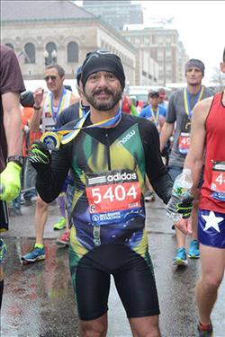 Roberson Guimarães, com a medalha após completar prova