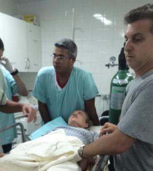 Foto que vazou na internet mostra Angélica sendo atendida, ao lado de Luciano Huck | Foto: Reprodução/Instagram
