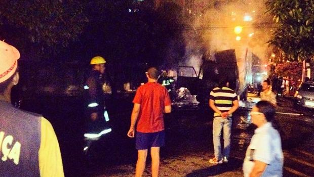 Caminhão de lixo da Prefeitura de Goiânia pega fogo e sofre perda total