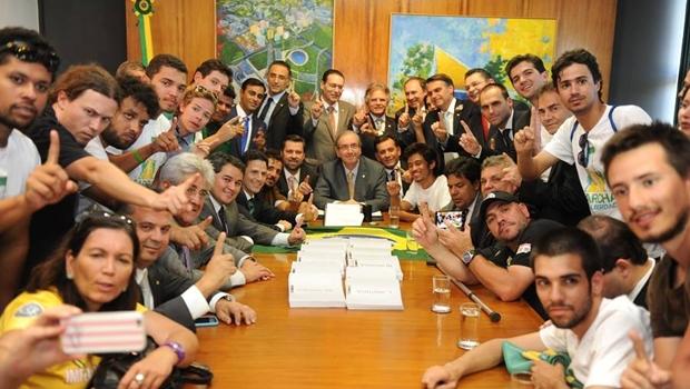 Movimento Brasil Livre protocola pedido de impeachment da presidente Dilma Rousseff