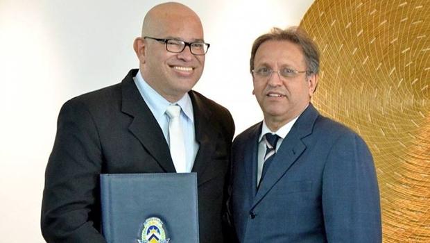 O governador Marcelo Miranda (direita) deu posse ao jornalista e produtor cultural Melck Aquino como secretário de Estado da Cultura | Foto: Carlos Magno/Secom