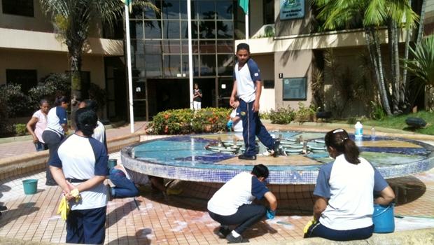 Fonte d'água da Câmara de Vereadores passa por limpeza
