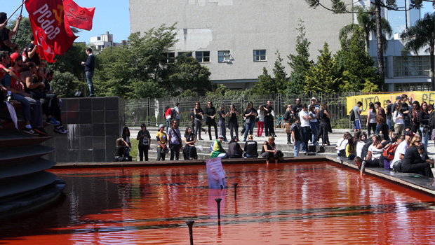 Professores tingem de vermelho espelho d'água da sede do goveno do Paraná