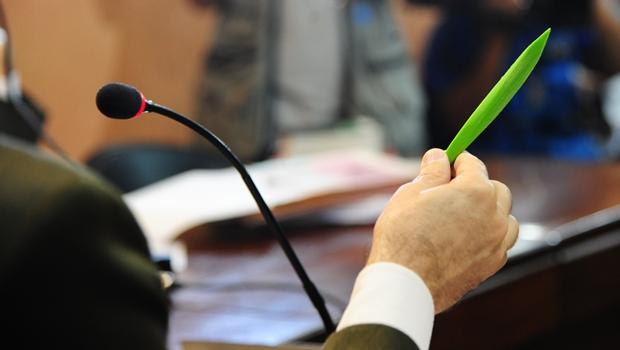 Juiz apresenta objeto em posse de Tiago Henrique | Foto: Wagner Soares /TJGO