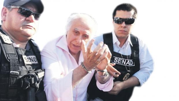 Ex-médico Roger Abdelmassih, no dia em que foi preso pela no Paraguai — na foto, conduzido por oficial da Secretaria Nacional Antidrogas