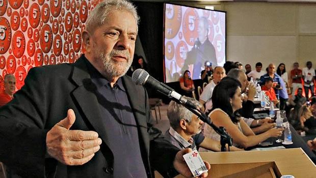 Ex-presidente brincou com a plateia ao mostrar cartão de cdrédito com estrela do PT| Foto: Ricardo Stuckert / instituto lula