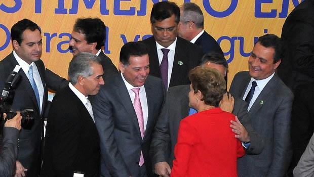 Ao centro, de gravata rosa, governador Marconi Perillo; de vernleho, presidente Dilma Rousseff (PT) | Foto: Lailson Damasio