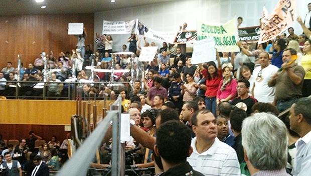 Sessão tumultuada com manifestações a favor e contra identidade de gênero | Foto: Marcello Dantas