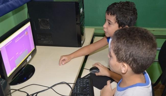 Crianças devem ter tempo em frente a telas limitado a 1 hora, alerta OMS