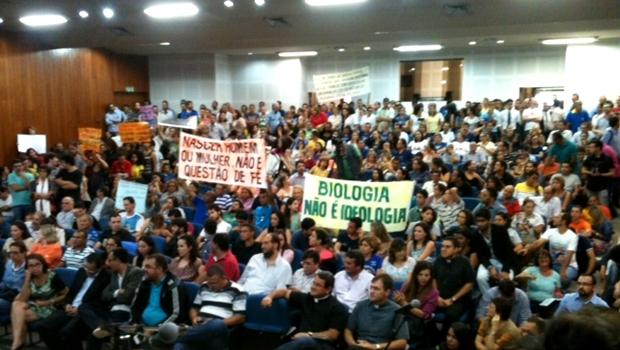 """Em debate sobre o Plano Municipal de Educação, pessoas rezam, choram e gritam """"Fora PT"""""""