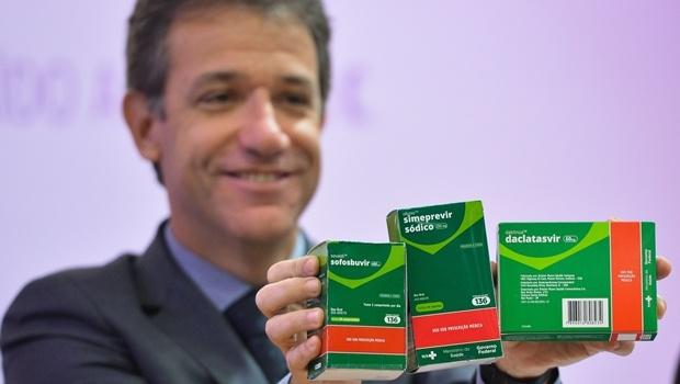 O ministro Arthur Chioro apresenta novos medicamentos utilizados no tratamento da hepatite C | Foto: Elza Fiúza/Agência Brasil