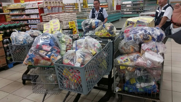 Produtos apreendidos no supermercado Bretas| Foto: Decon