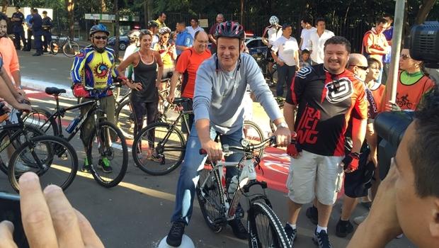 Prefeito Paulo Garcia posa para fotos em uma bicicleta, na inauguração da primeira ciclofaixa permanente da capital | Foto: Alexandre Parrode / Jornal Opção