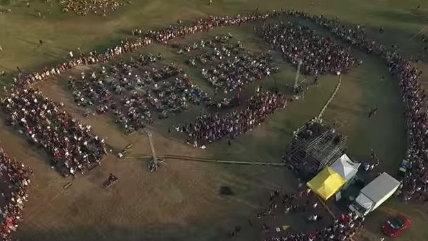 Bateristas, guitarristas, baixista, cantores: mil pessoas se reuniram para tocar uma música da banda e pedir o show deles | Foto: Reprodução YouTube Rockin'1000