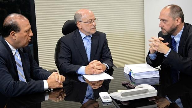 O ministro do TCU, Augusto Nardes (esquerda), e o presidente do TCU, Aroldo Cedraz (centro), recebem do advogado-geral da União, Luís Inácio Adams, a defesa da presidente Dilma Rousseff | Foto: Wilson Dias/ Agência Brasil